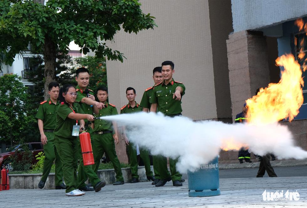 Chiến sĩ nhí học chữa cháy, cứu người trong đám cháy - Ảnh 1.