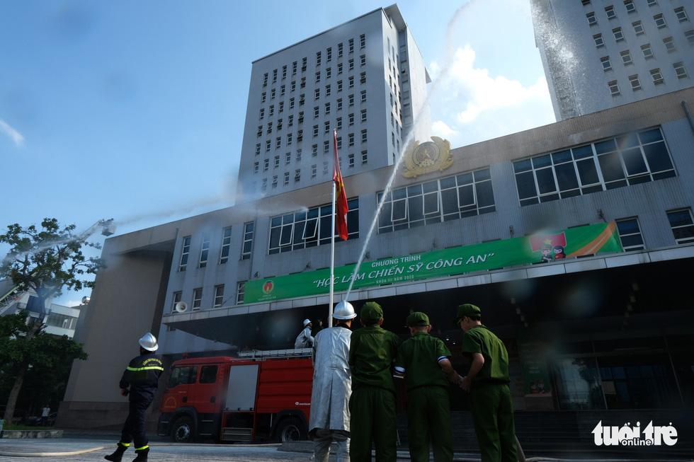 Chiến sĩ nhí học chữa cháy, cứu người trong đám cháy - Ảnh 6.