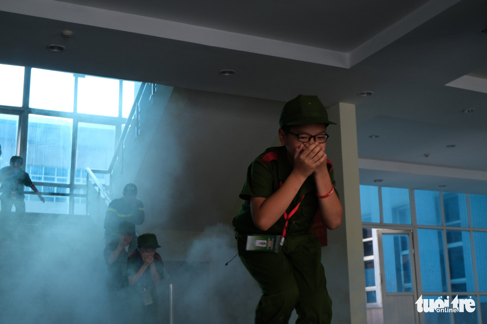 Chiến sĩ nhí học chữa cháy, cứu người trong đám cháy - Ảnh 2.