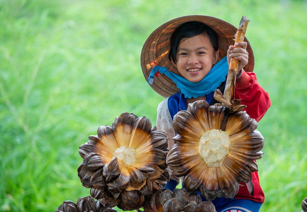 Khoảnh khắc cô gái chặt dừa nước đoạt giải nhất ảnh Cần Giờ - Ảnh 1.