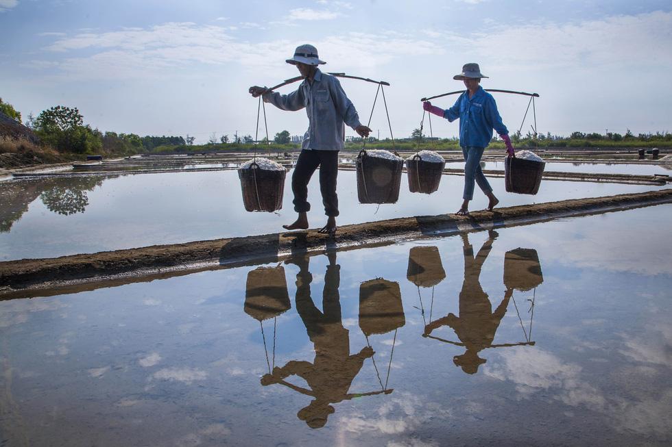 Khoảnh khắc cô gái chặt dừa nước đoạt giải nhất ảnh Cần Giờ - Ảnh 4.