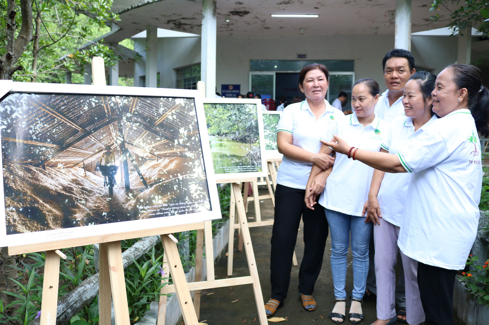 Khoảnh khắc cô gái chặt dừa nước đoạt giải nhất ảnh Cần Giờ - Ảnh 9.