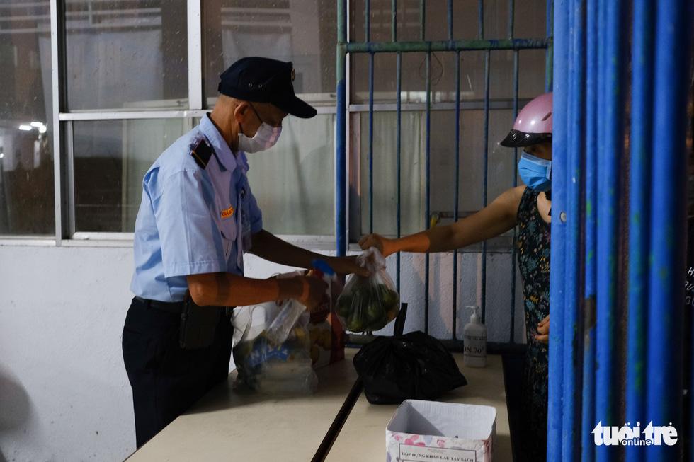 2 bệnh viện ở Đà Nẵng được tiếp tế bằng cách nào để đảm bảo an toàn? - Ảnh 6.