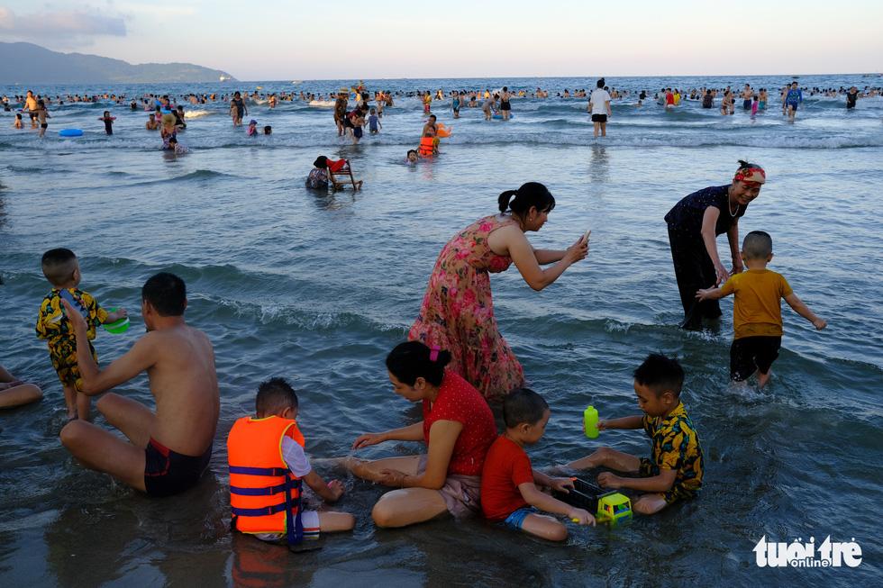 Bãi biển Đà Nẵng không một bóng người vì COVID-19 - Ảnh 7.