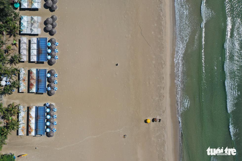 Bãi biển Đà Nẵng không một bóng người vì COVID-19 - Ảnh 4.