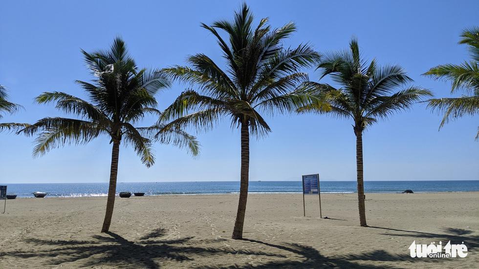 Bãi biển Đà Nẵng không một bóng người vì COVID-19 - Ảnh 5.