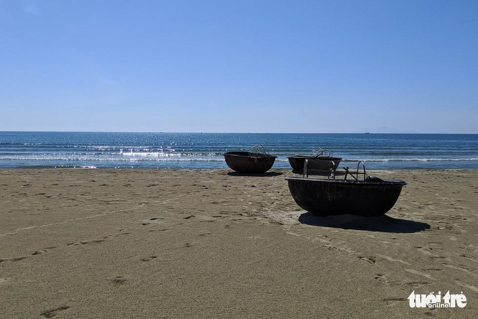 Bãi biển Đà Nẵng không một bóng người vì COVID-19 - Ảnh 6.