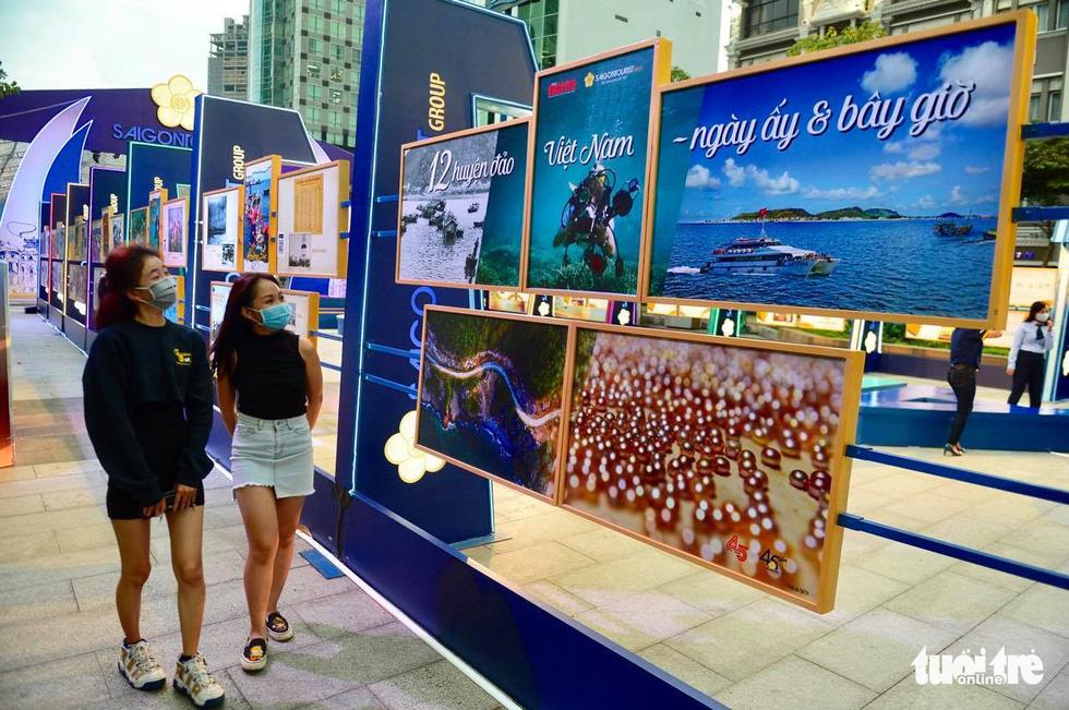 Triển lãm ảnh 12 huyện đảo Việt Nam tại phố đi bộ Nguyễn Huệ - Ảnh 1.