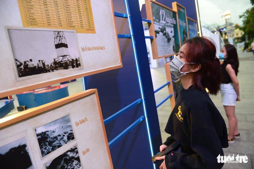 Triển lãm ảnh 12 huyện đảo Việt Nam tại phố đi bộ Nguyễn Huệ - Ảnh 3.