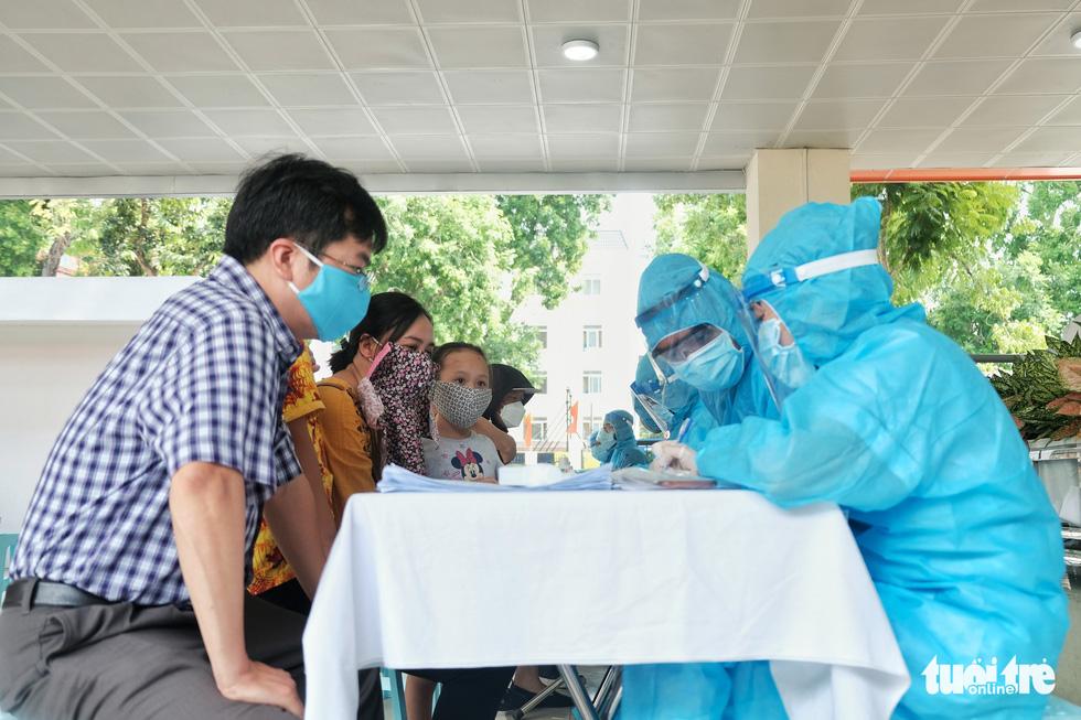 Hà Nội xét nghiệm nhanh COVID-19 cho người trở về từ Đà Nẵng, Quảng Nam - Ảnh 1.