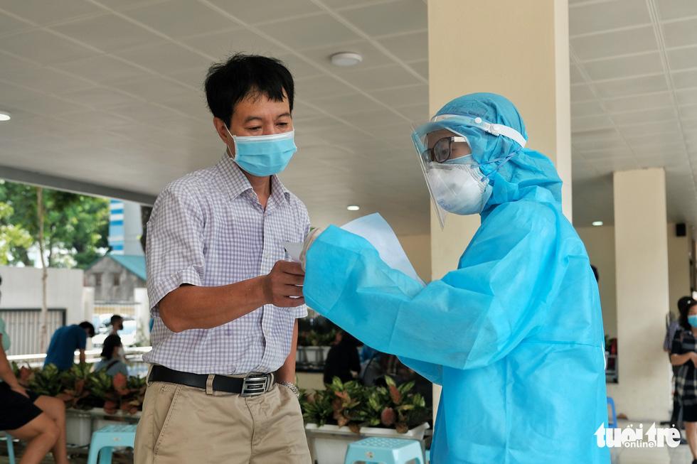 Hà Nội xét nghiệm nhanh COVID-19 cho người trở về từ Đà Nẵng, Quảng Nam - Ảnh 10.