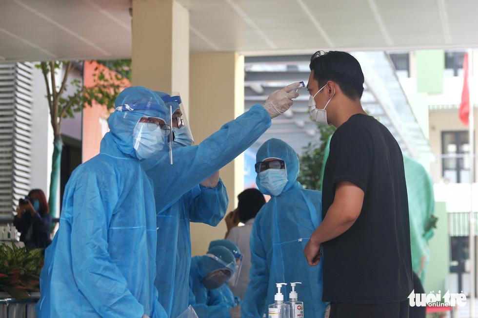 Hà Nội xét nghiệm nhanh COVID-19 cho người trở về từ Đà Nẵng, Quảng Nam - Ảnh 2.