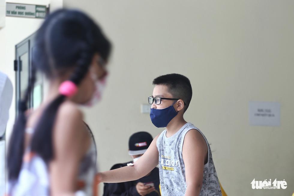 Hà Nội xét nghiệm nhanh COVID-19 cho người trở về từ Đà Nẵng, Quảng Nam - Ảnh 9.