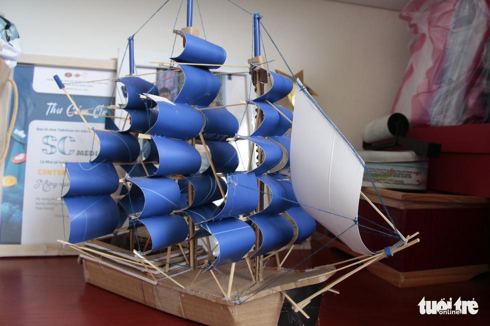 Thức đêm làm thuyền mô hình tặng bệnh nhi ung thư - Ảnh 6.
