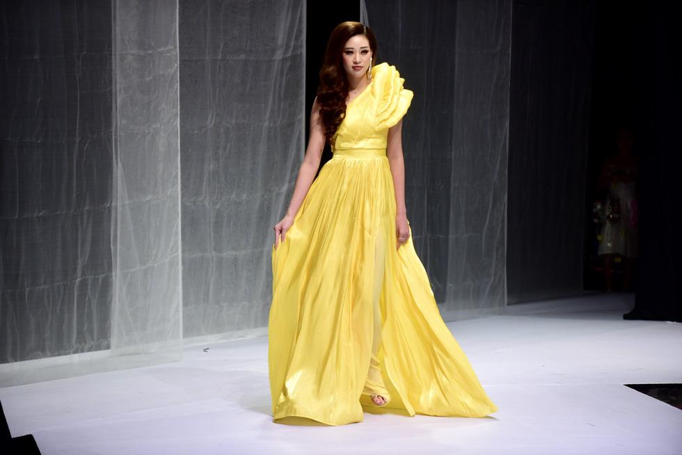 Hoa hậu Khánh Vân diễn thời trang cùng mẫu nhí tại Vietnam Junior Fashion Week - Ảnh 2.