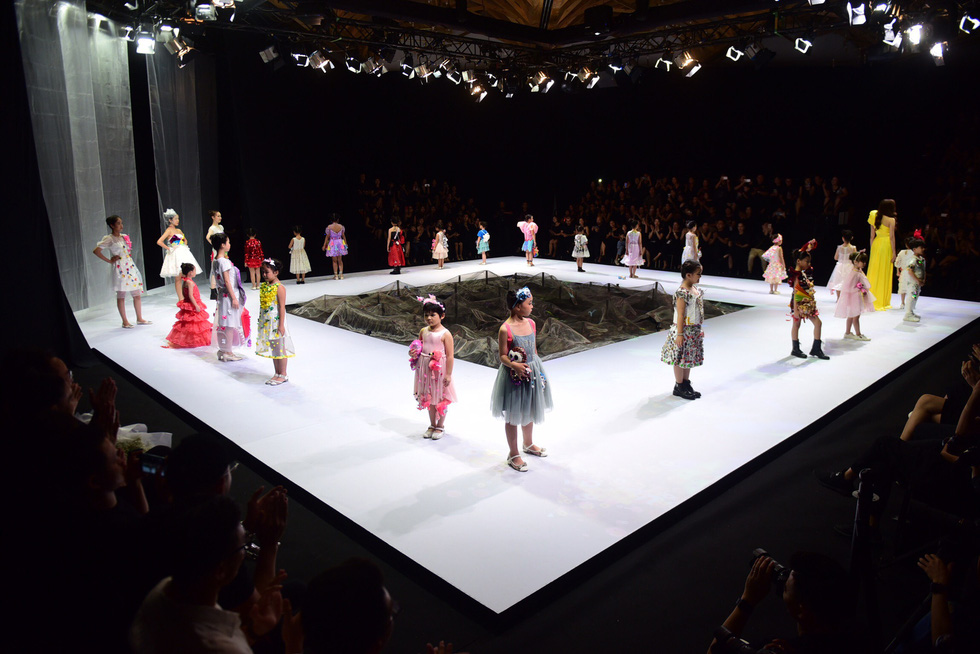 Hoa hậu Khánh Vân diễn thời trang cùng mẫu nhí tại Vietnam Junior Fashion Week - Ảnh 3.