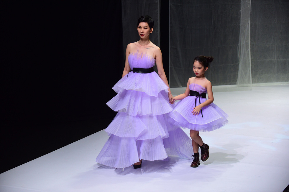 Hoa hậu Khánh Vân diễn thời trang cùng mẫu nhí tại Vietnam Junior Fashion Week - Ảnh 9.