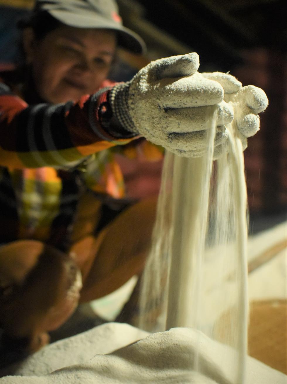 150 năm tuổi đời, hầm muối Tuyết Diêm chỉ còn 4 hộ bám nghề - Ảnh 7.