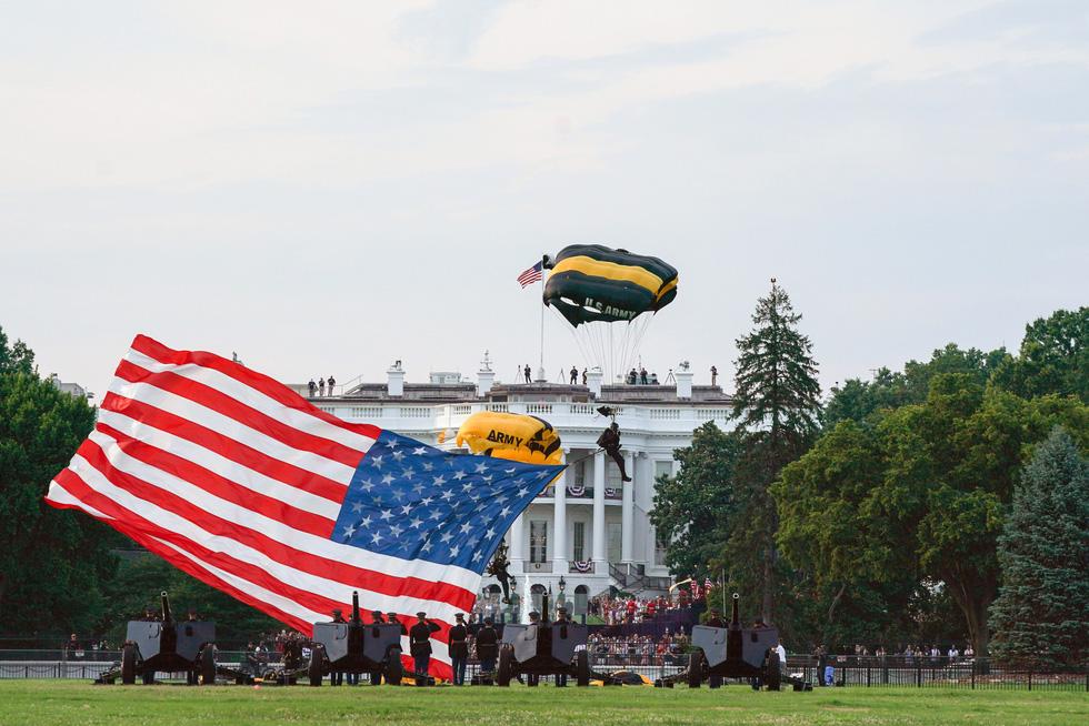 Quốc khánh Mỹ: Ăn mừng, biểu tình, bỏ qua khuyến cáo y tế trong COVID-19 - Ảnh 7.