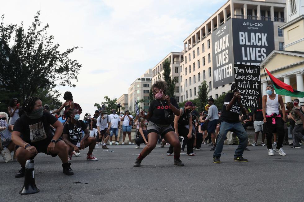 Quốc khánh Mỹ: Ăn mừng, biểu tình, bỏ qua khuyến cáo y tế trong COVID-19 - Ảnh 2.