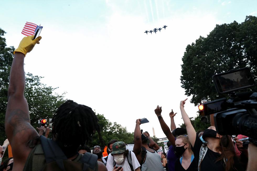 Quốc khánh Mỹ: Ăn mừng, biểu tình, bỏ qua khuyến cáo y tế trong COVID-19 - Ảnh 1.