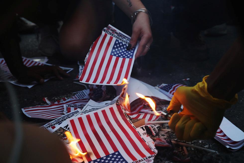 Quốc khánh Mỹ: Ăn mừng, biểu tình, bỏ qua khuyến cáo y tế trong COVID-19 - Ảnh 3.