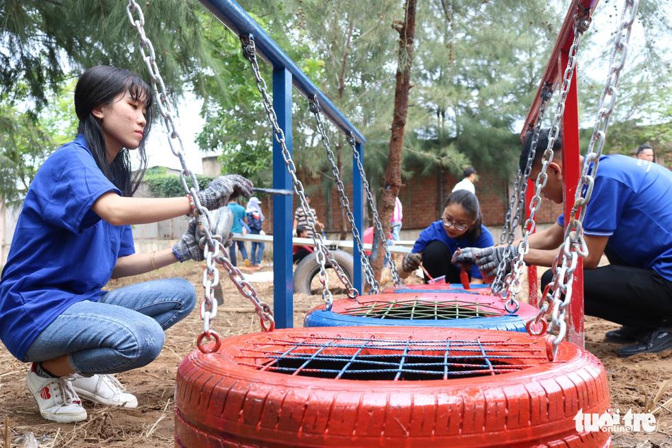 Dùng lốp xe cũ làm sân chơi tái chế cho trẻ em - Ảnh 2.