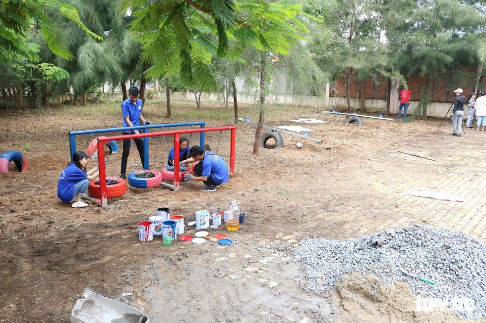 Dùng lốp xe cũ làm sân chơi tái chế cho trẻ em - Ảnh 4.
