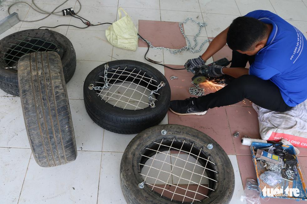 Dùng lốp xe cũ làm sân chơi tái chế cho trẻ em - Ảnh 5.
