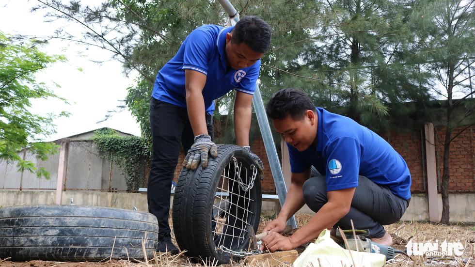 Dùng lốp xe cũ làm sân chơi tái chế cho trẻ em - Ảnh 7.