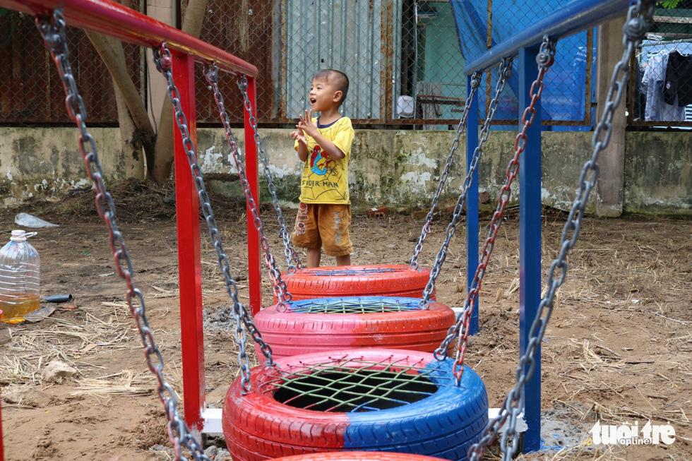 Dùng lốp xe cũ làm sân chơi tái chế cho trẻ em - Ảnh 1.