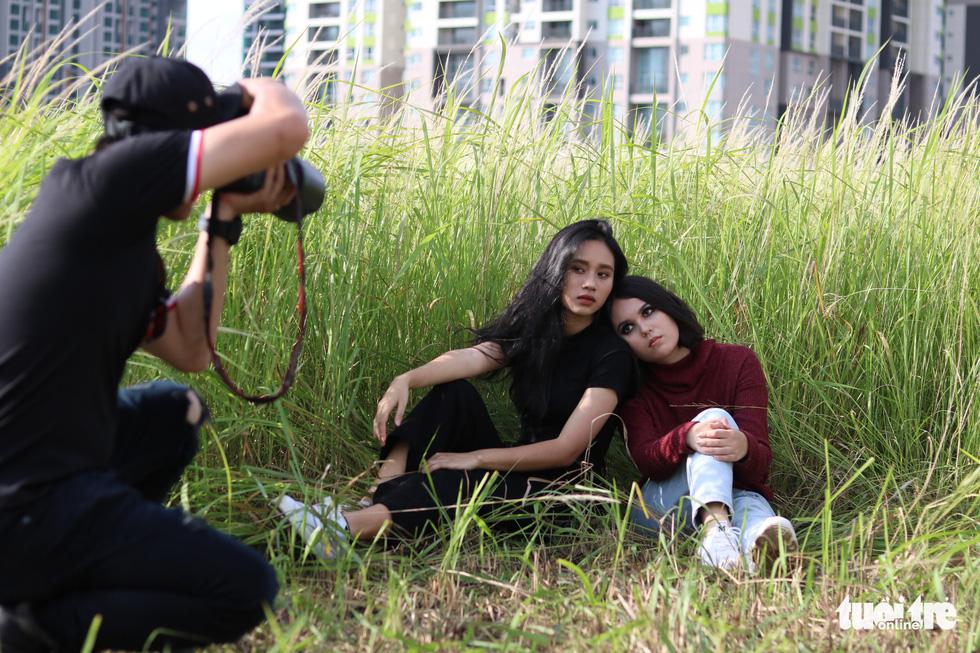 Bạn trẻ Sài Gòn thích thú check-in với cánh đồng cỏ hoang lau trắng - Ảnh 4.