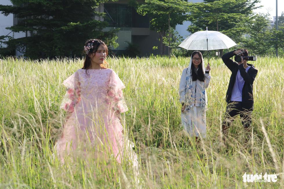 Bạn trẻ Sài Gòn thích thú check-in với cánh đồng cỏ hoang lau trắng - Ảnh 5.
