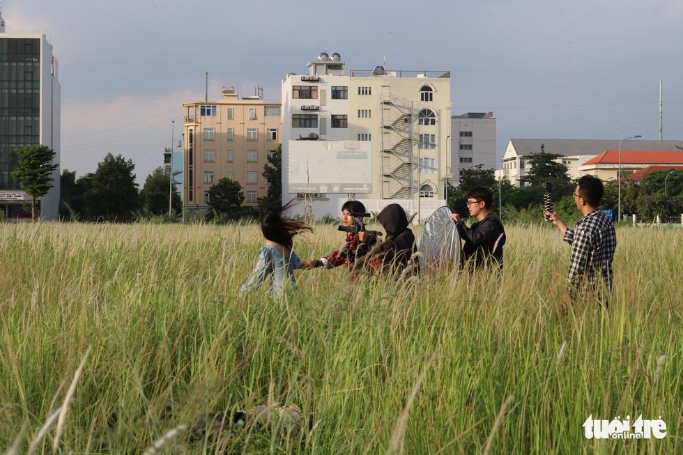 Bạn trẻ Sài Gòn thích thú check-in với cánh đồng cỏ hoang lau trắng - Ảnh 7.