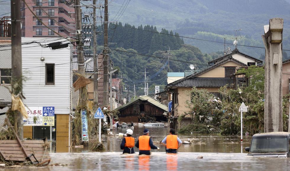 Nước lũ dâng tới tầng 2, người dân Nhật phải lặn qua cửa sổ thoát ra ngoài - Ảnh 5.