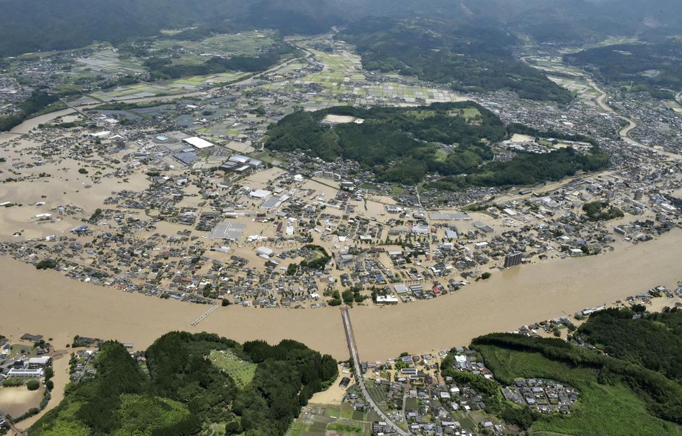 Nước lũ dâng tới tầng 2, người dân Nhật phải lặn qua cửa sổ thoát ra ngoài - Ảnh 6.