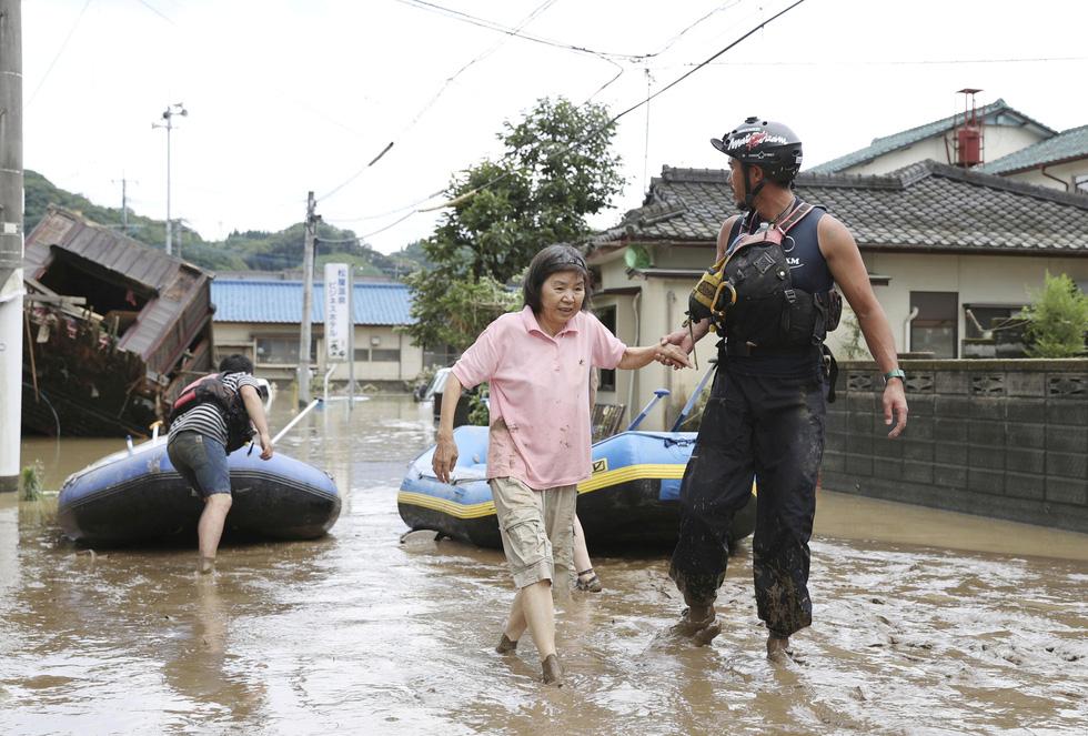 Nước lũ dâng tới tầng 2, người dân Nhật phải lặn qua cửa sổ thoát ra ngoài - Ảnh 7.