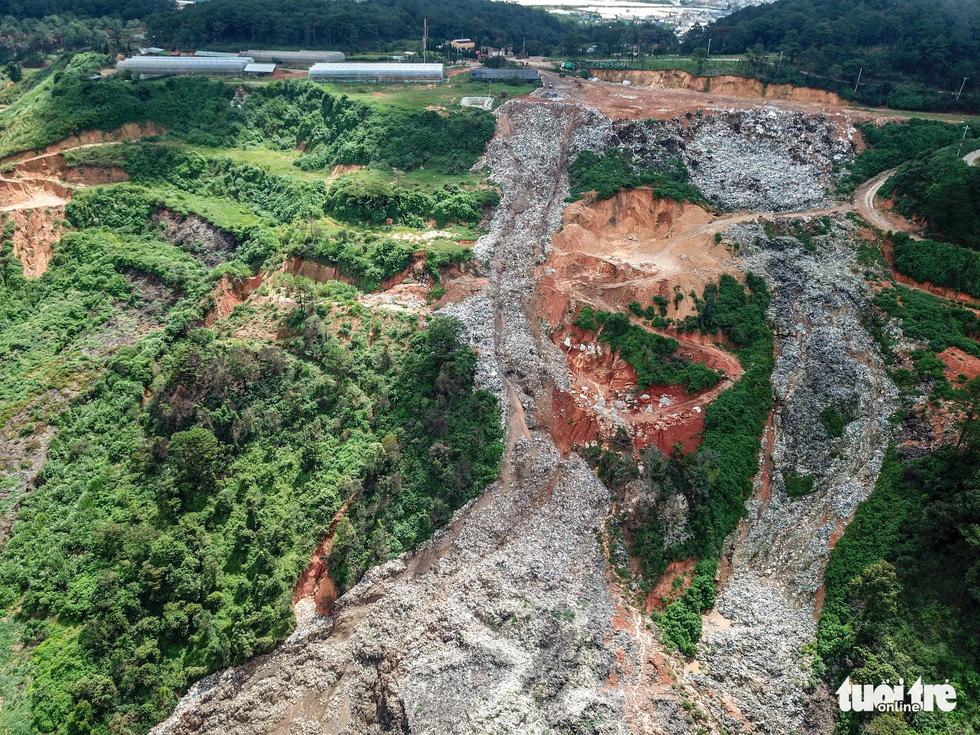 Núi rác Cam Ly lại ập xuống thung lũng - Ảnh 1.