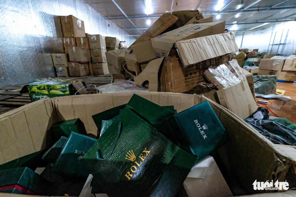 Kho hàng lậu khủng giữa Lào Cai: doanh thu mỗi tháng hơn 10 tỉ đồng - Ảnh 7.