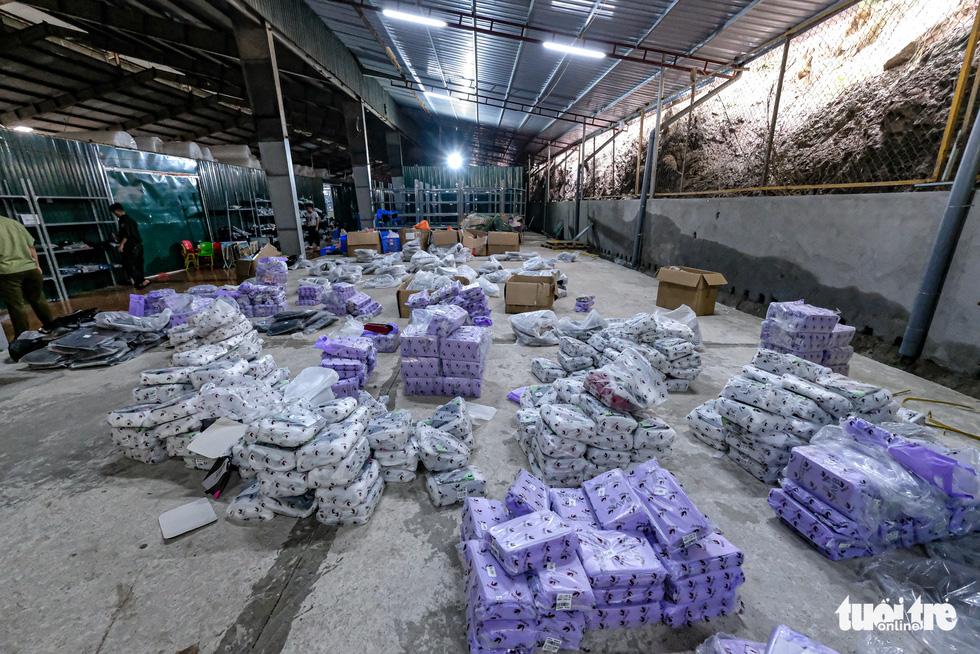 Kho hàng lậu khủng giữa Lào Cai: doanh thu mỗi tháng hơn 10 tỉ đồng - Ảnh 12.
