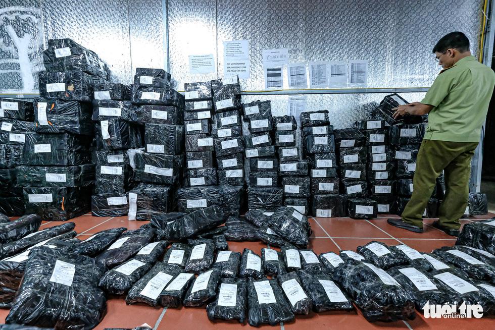 Kho hàng lậu khủng giữa Lào Cai: doanh thu mỗi tháng hơn 10 tỉ đồng - Ảnh 14.