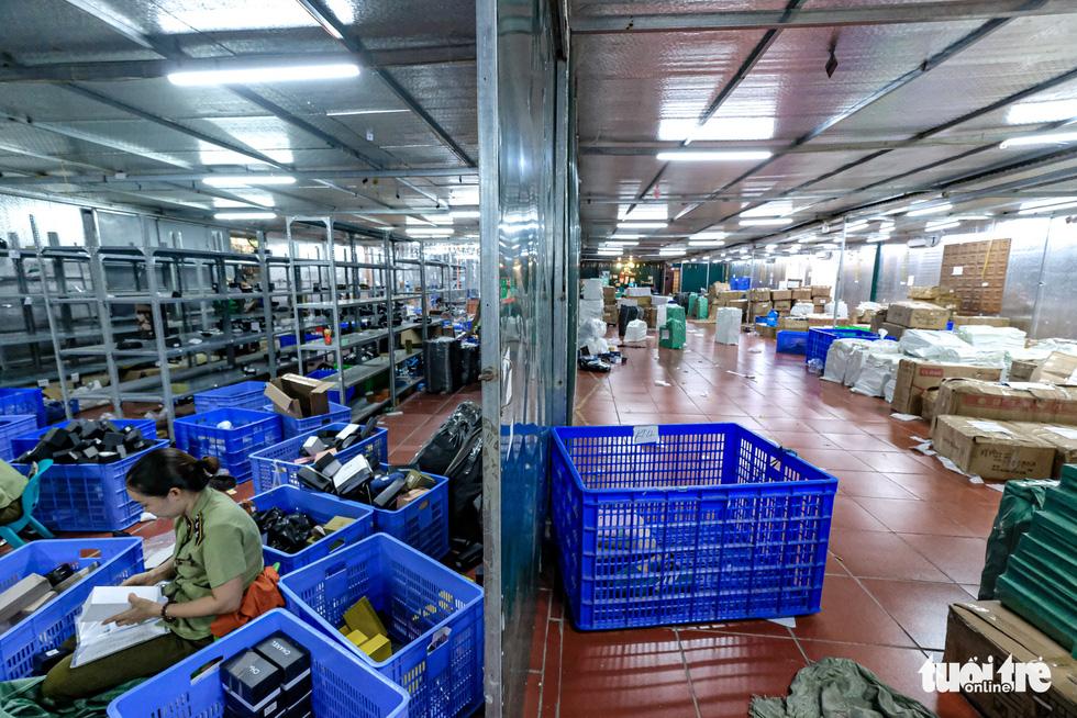Kho hàng lậu khủng giữa Lào Cai: doanh thu mỗi tháng hơn 10 tỉ đồng - Ảnh 3.