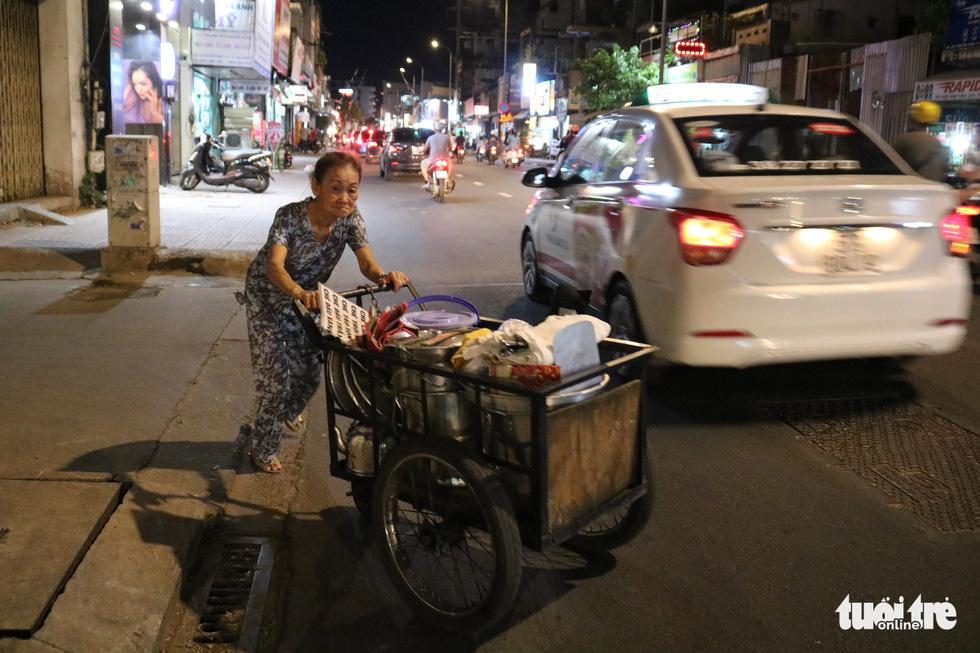 Gần nửa thế kỷ với quán chè đèn dầu giữa Sài Gòn - Ảnh 3.