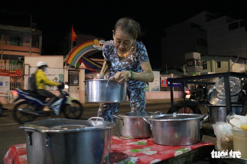 Gần nửa thế kỷ với quán chè đèn dầu giữa Sài Gòn - Ảnh 4.
