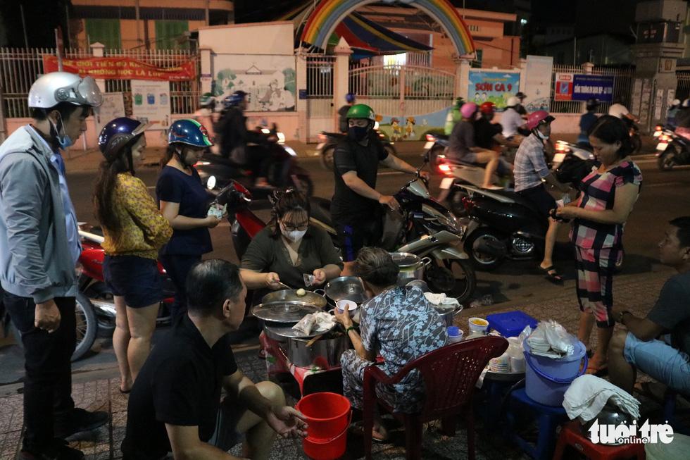 Gần nửa thế kỷ với quán chè đèn dầu giữa Sài Gòn - Ảnh 6.