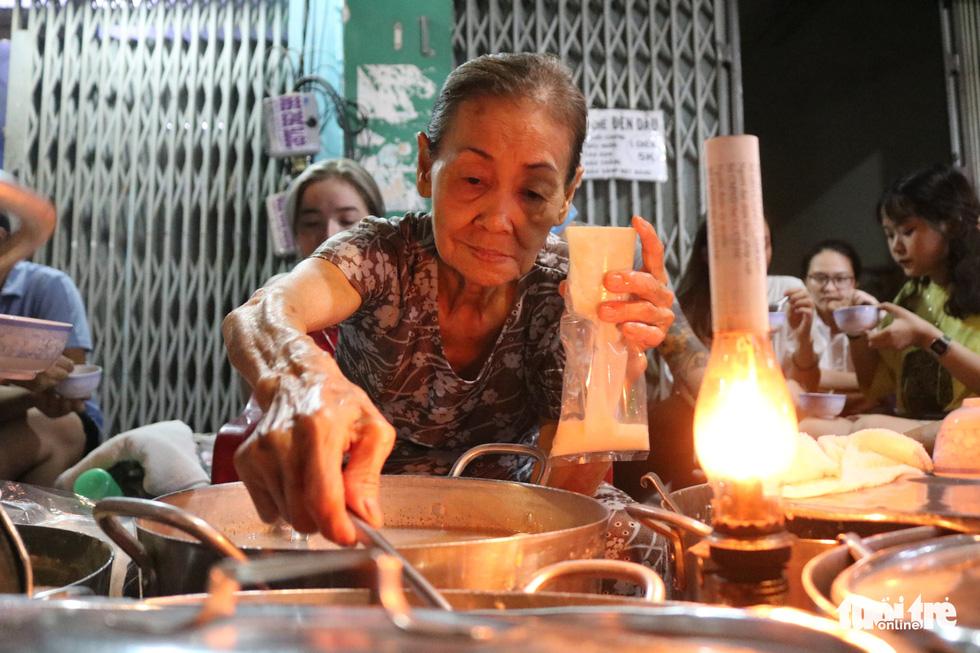 Gần nửa thế kỷ với quán chè đèn dầu giữa Sài Gòn - Ảnh 1.