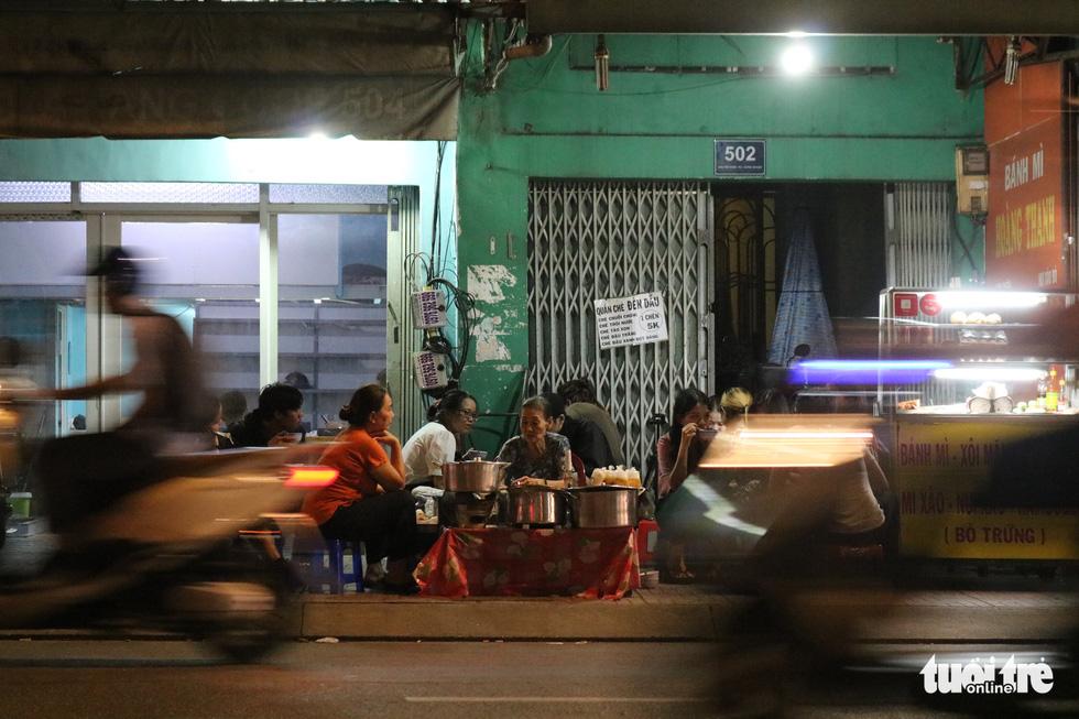 Gần nửa thế kỷ với quán chè đèn dầu giữa Sài Gòn - Ảnh 11.