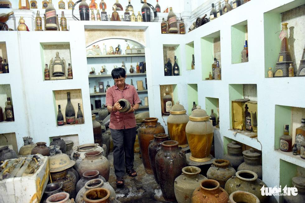Choáng với kho đồ hàng trăm ngàn cổ vật của một người gốc Hà Nội sống ở Sài Gòn - Ảnh 9.
