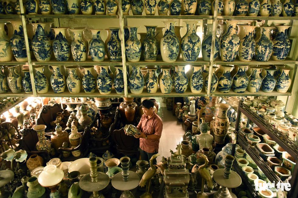 Choáng với kho đồ hàng trăm ngàn cổ vật của một người gốc Hà Nội sống ở Sài Gòn - Ảnh 3.