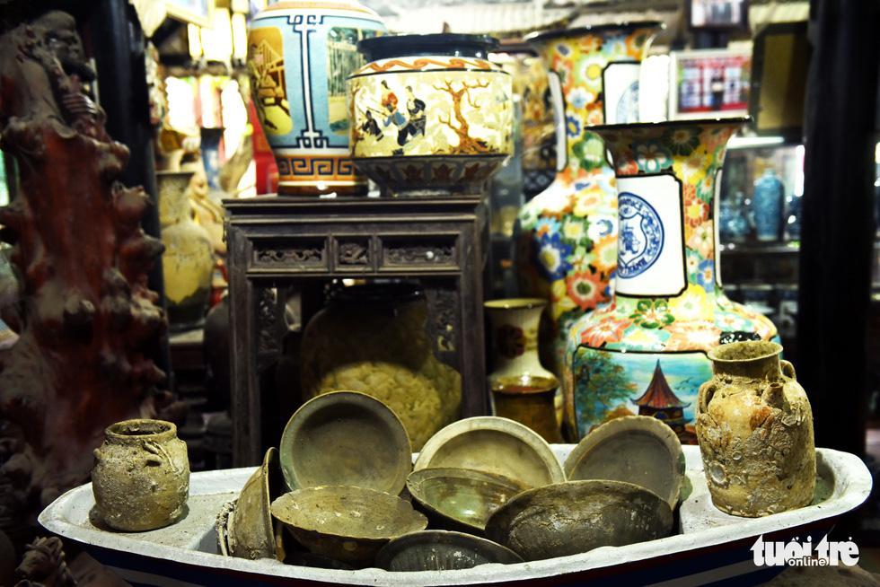Choáng với kho đồ hàng trăm ngàn cổ vật của một người gốc Hà Nội sống ở Sài Gòn - Ảnh 5.